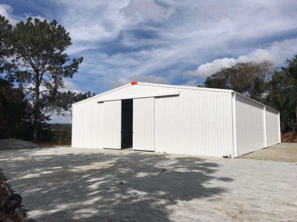 bâtiment à revêtement en acier